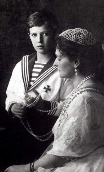 Alexandra_Feodorovna_with_her_son
